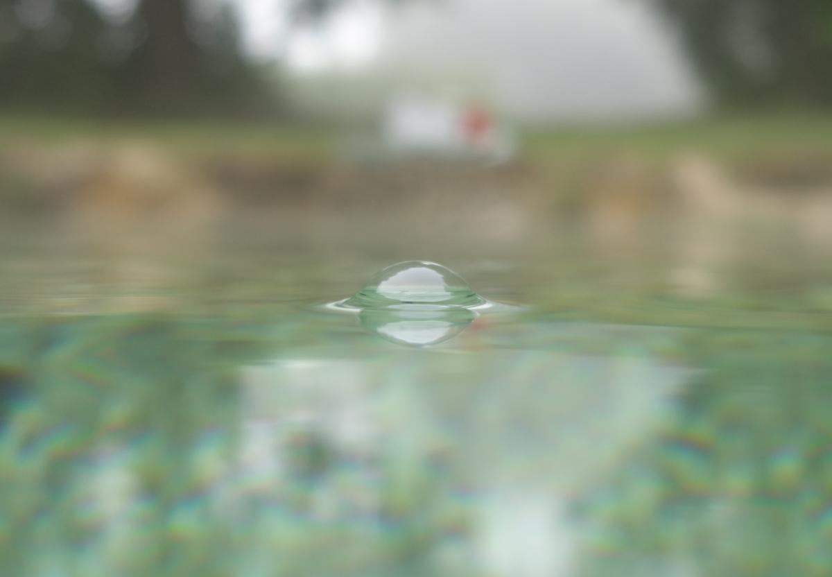 Wasserblase mit Spiegelungen