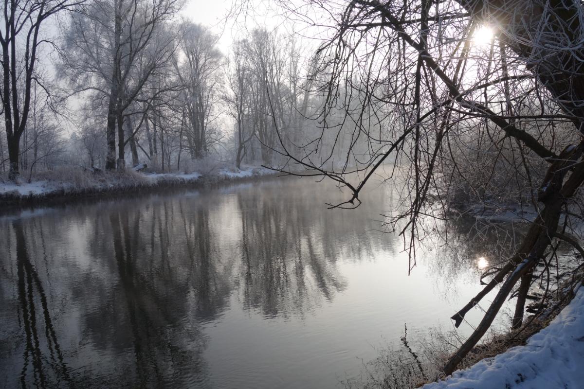 Amper von der untergehenden Wintersonne beschienen