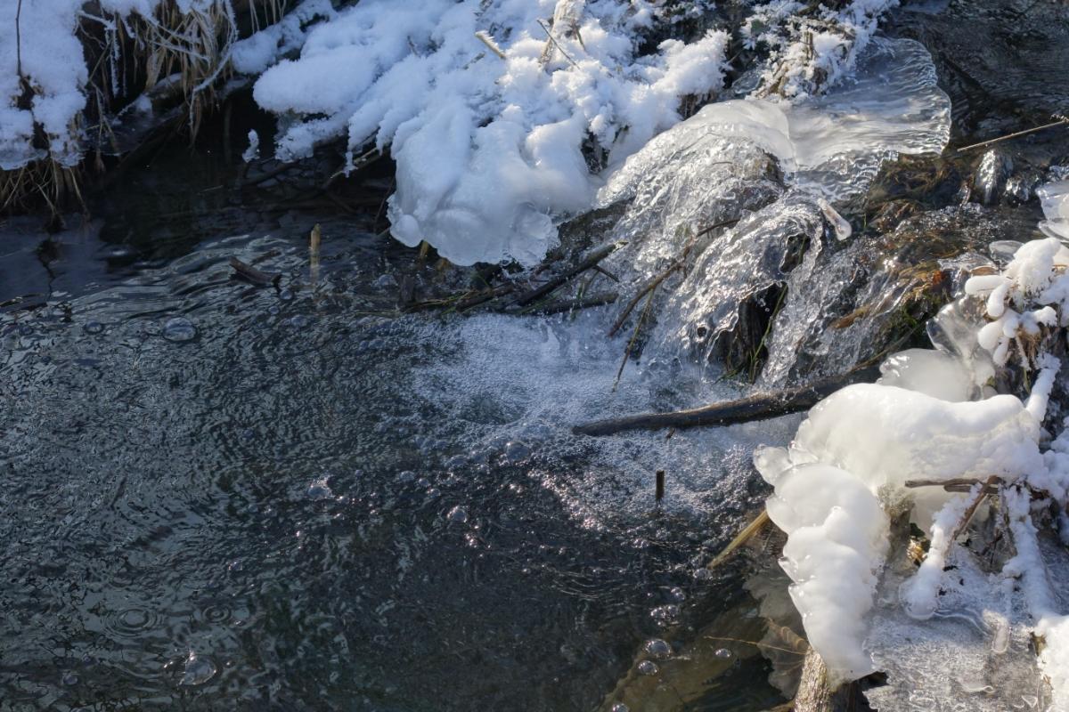 Kleiner Bach halb zugefroren