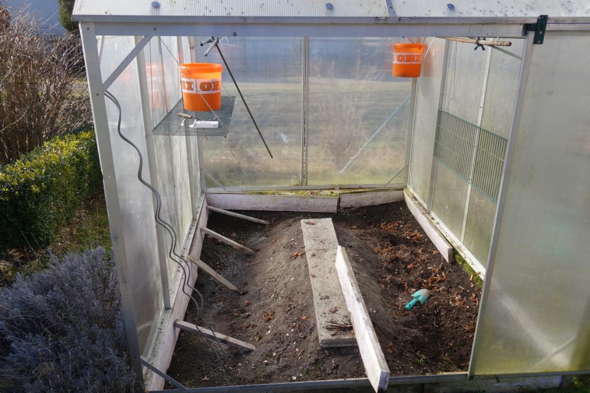 Tomatenhaus mit kaputter Isolierung im unteren Randbereich