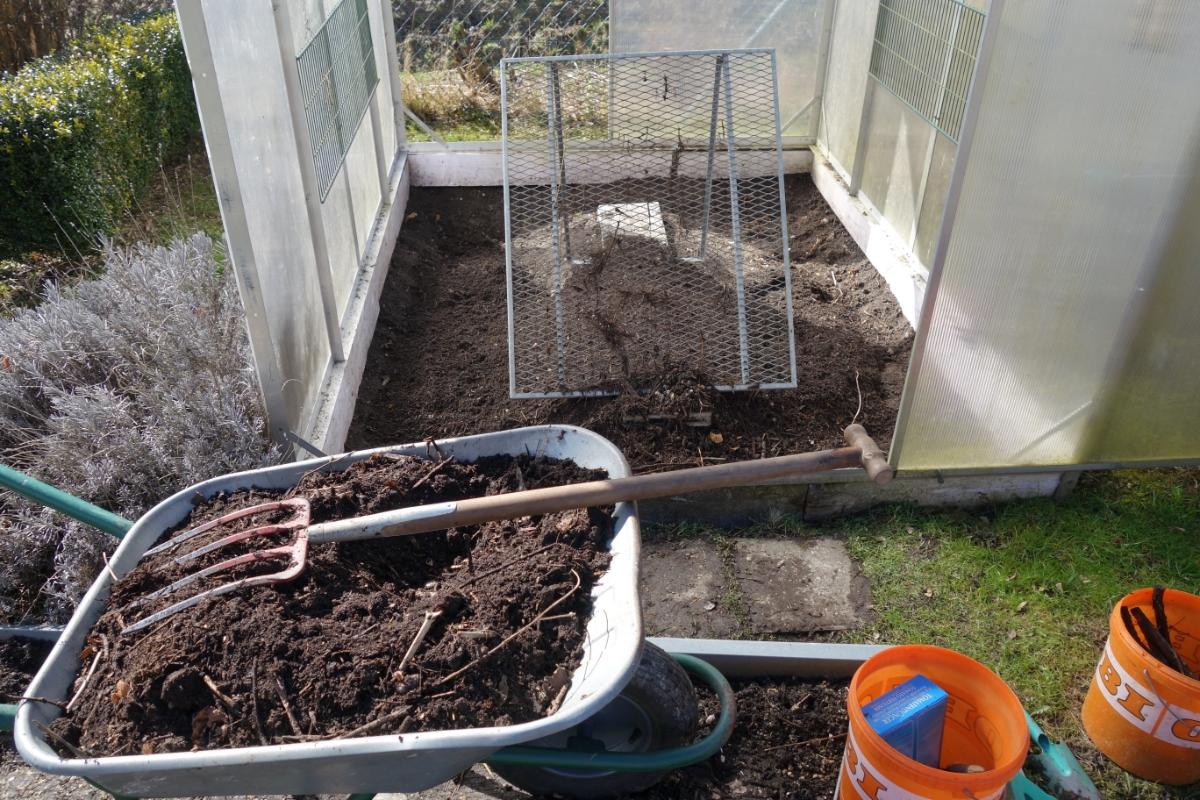 Tomatenhaus wird wieder mit Kompost aufgefüllt