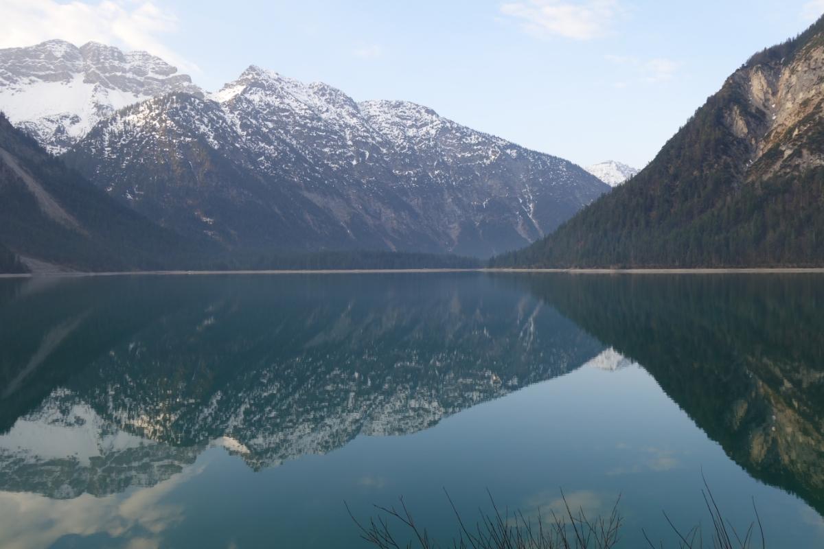 Berge spiegeln sich im Plansee in Tirol