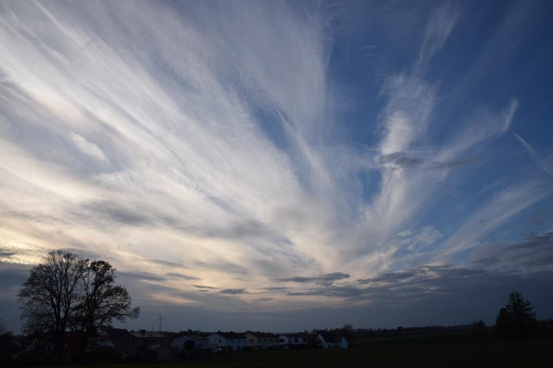 Schöne Wolkenformationen vor Sonnenuntergang