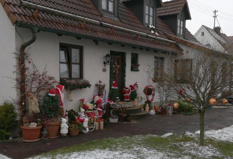 Überbordende Weihnachsdekoration vor dem Haus