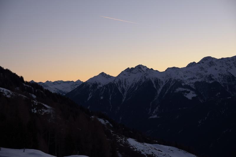Leichte Morgenröte über Berggipfeln