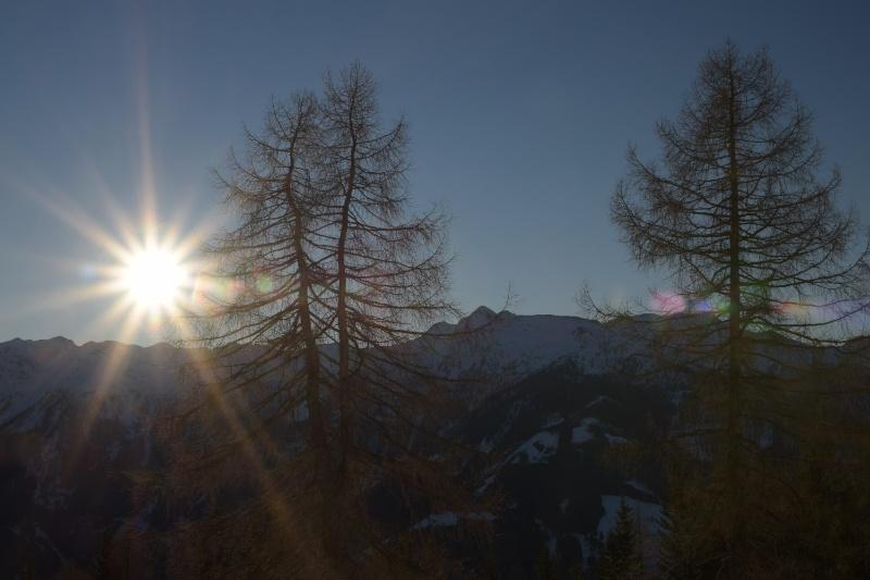 Über den Gipfeln aufgehende Sonne