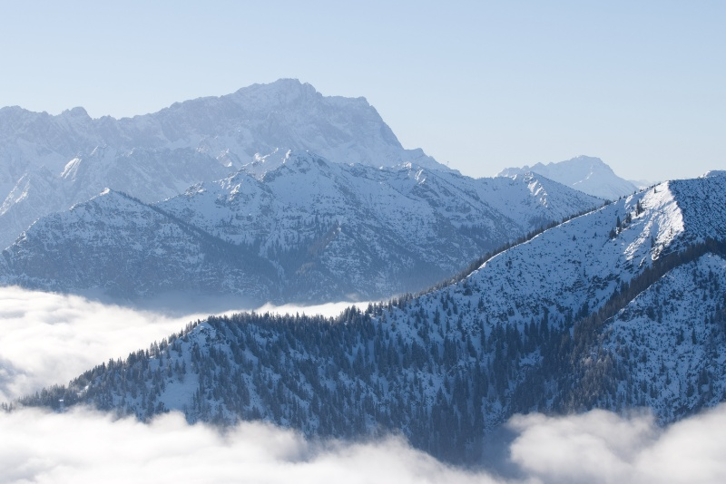 Berge, die aus dem Wolken schauen