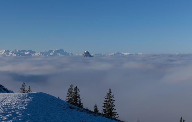 Blick vom Wallberg nach Westen, Berge schauen aus den Wolken