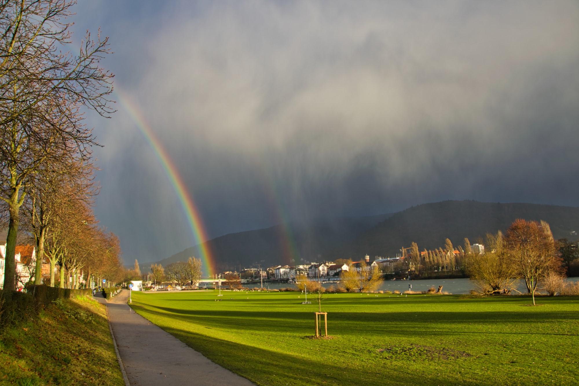Regenbogen über dem Neckar in Heidelberg
